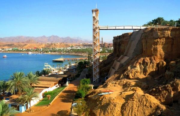 Молодежный четырехзвездочный отель Beach Albatros Sharm с необычным спуском к морю