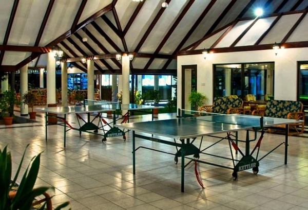 Отель четыре звезды Holiday Island Resort