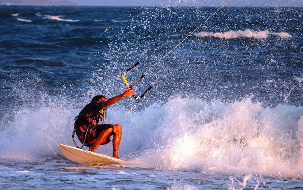 Кайт серфинг в Муйне на берегу тихого океана во Вьетнаме