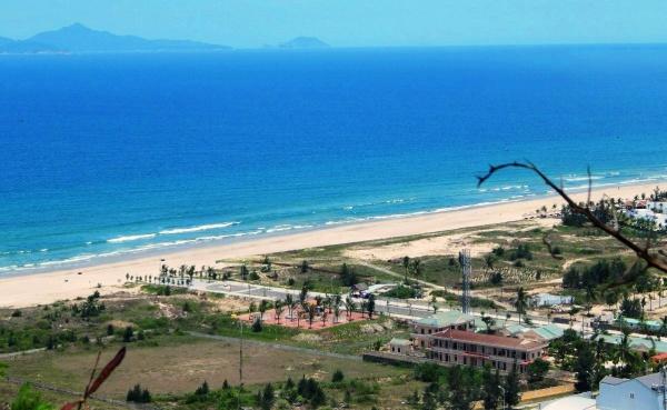 Вид на пляж с мраморных гор в Дананге
