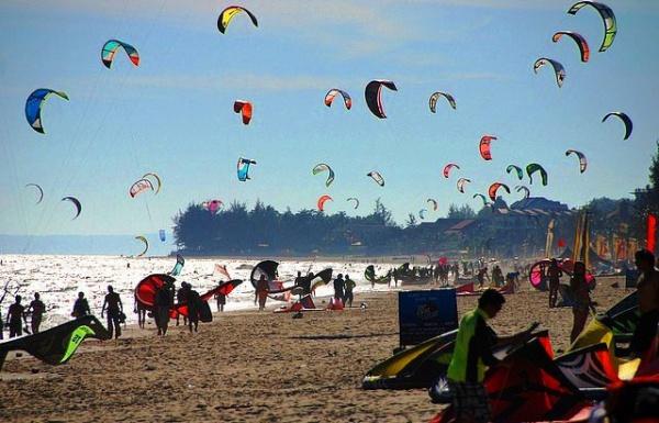 На пляжах Муйне многие занимаются кайт сёрфингом