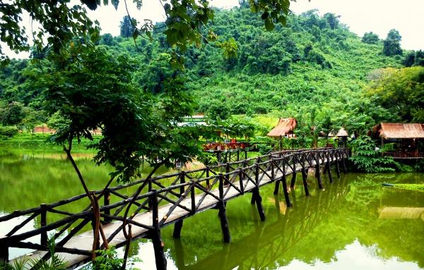 На экскурсии во Вьетнаме вам обязательно попадется вот такой шикарный мост без единого гвоздя