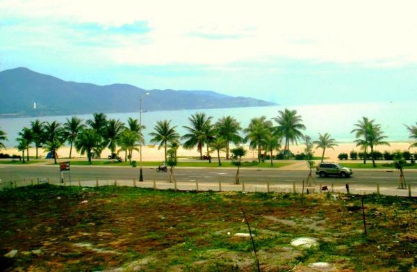 За магистралью видно популярный пляж Чайна бич с чистым песком