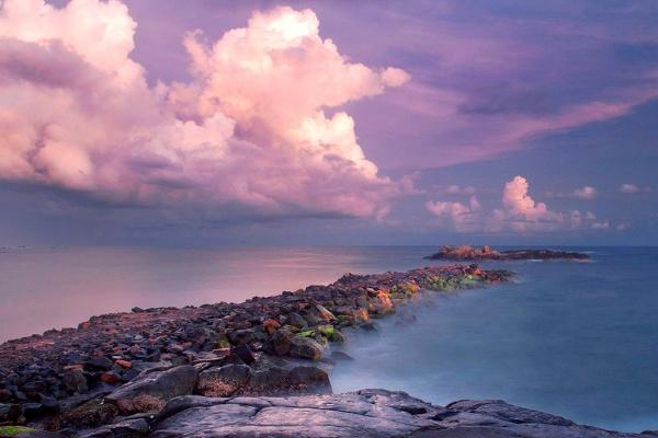 Каменистое побережье курорта Унаватуна в Шри-Ланке