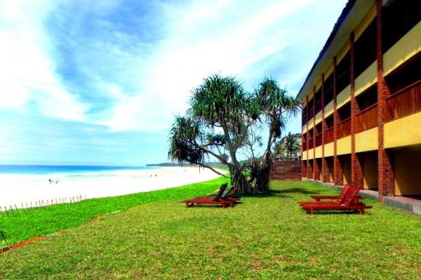 Чуть слева можно увидеть шикарный бело-золотой песок побережья Индийского океана на курорте Коггала