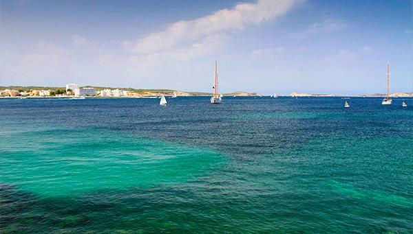 Ибица — это изумрудное море, обрывы, утесы, бухточки, маяки, белые пляжи, сосновые рощи и пальмы