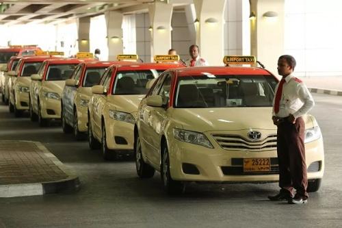 Ожидающие такси в аэропорту Дубай