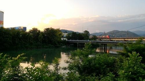 Поезд идет над рекой Туапсе