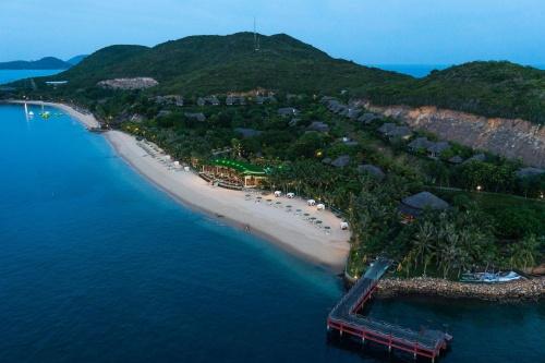 Вид с высоты птичьего полета на отель MerPerle Hon Tam Resort 5