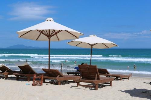 Пляж отеля Dessole Beach Resort Nha Trang 4