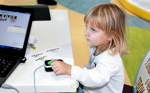 У ребенка снимают биометрические данные