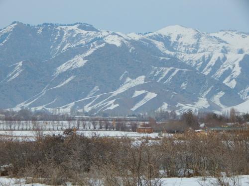 Местные горы у озера Иссык-куль